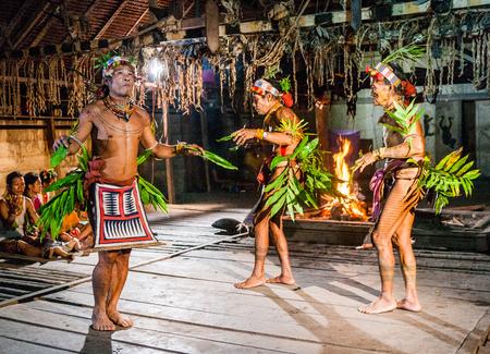 MENTAWAI PERSONE, West Sumatra, Siberut Island, Indonesia - 16 novembre 2010: Uomini Mentawai tribù danza rituale danza. Archivio Fotografico - 65925090