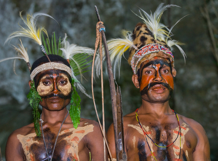 new guinea: NEW GUINEA, INDONESIA - 13 JANUARY: Warriors tribe Yaffi in war paint with bows and arrows in the cave. New Guinea Island, Indonesia. January 13th, 2009. Editoriali