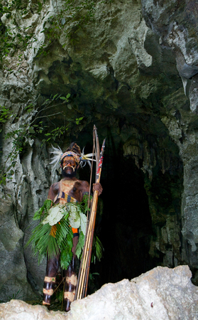 nuova guinea: NEW GUINEA, INDONESIA - 13 JANUARY: Warriors tribe Yaffi in war paint with bows and arrows in the cave. New Guinea Island, Indonesia. January 13th, 2009. Editoriali
