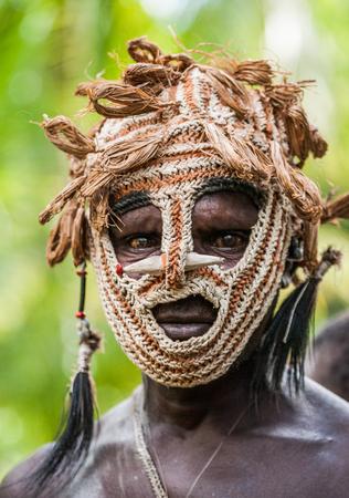 Nuova Guinea: INDONESIA, IRAN JAYA, PROVINCIA DI ASMAT, JOW VILLAGE - 12 GIUGNO: Ritratto di una tribù Warrior Asmat in una maschera di combattimento insolita.