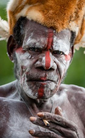 Nuova Guinea: INDONESIA, Irian Jaya, ASMAT PROVINCIA, JOW VILLAGE - 12 giugno: Il ritratto di una tribù Guerriero Asmat in copricapo tradizionale. Editoriali