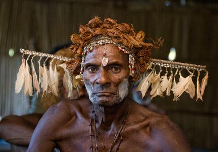 Nuova Guinea: INDONESIA, IRIAN JAYA, ASMAT PROVINCE, JOW VILLAGE - JUNE 12: Portrait of a Warrior Asmat tribe in traditional headdress. Editoriali