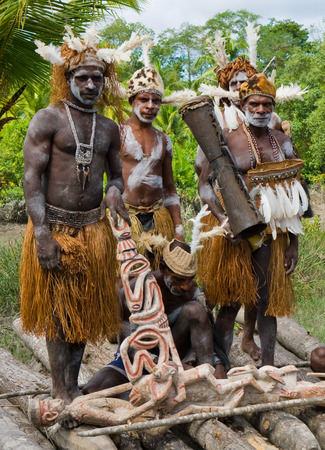 Nuova Guinea: INDONESIA, IRIAN JAYA, ASMAT PROVINCE, JOW VILLAGE - JUNE 12: Warriors Asmat tribe. Editoriali