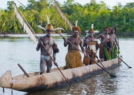 INDONESIA, Irian Jaya, ASMAT PROVINCIA, JOW VILLAGE - 12 giugno: Guerrieri Asmat tribù sono canoa tradizionale uso.