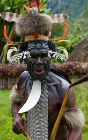 new guinea: DANI VILLAGE, Wamena, Irian Jaya, Nuova Guinea, Indonesia - 25 JULY 2009: Dani Guerrieri tribù.