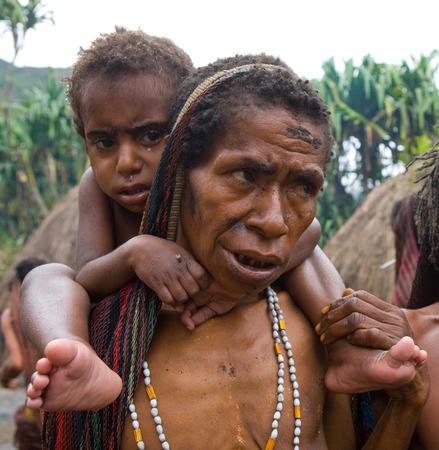 new guinea: DANI VILLAGE, Wamena, Irian Jaya, Nuova Guinea, Indonesia - 25 JULY 2009: tribù donne Dani con i bambini.