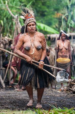 new guinea: DANI VILLAGE, Wamena, Irian Jaya, Nuova Guinea, Indonesia - 15 MAY 2012: tribù donna Dani nel villaggio tradizionale. Editoriali