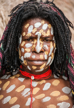 Nuova Guinea: DANI VILLAGE, Wamena, Irian Jaya, Nuova Guinea, Indonesia - 15 MAY 2012: ritratto di donna Dani tribù di colorazione rituale sul corpo e sul viso.