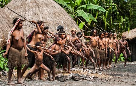 2012 年 5 月 15 日 - インドネシア、ニューギニア イリアン ワメナ ダニ村: 女性および子供だに族の槍を投げることを学ぶします。