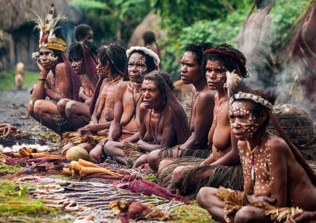 new guinea: DANI VILLAGE, Wamena, Irian Jaya, Nuova Guinea, Indonesia - 15 MAY 2012: donne Dani tribù vendono souvenir nel suo villaggio.