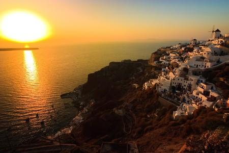 kyklades: Dramatic sunset in the village of Oia, Santorini Stock Photo