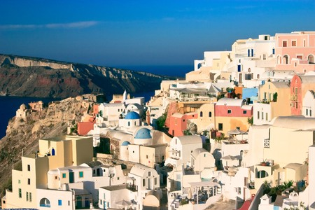 kyklades: The dramatically located village of Oia, perched on the edge of the volcanic cliffs on the island of Santorini