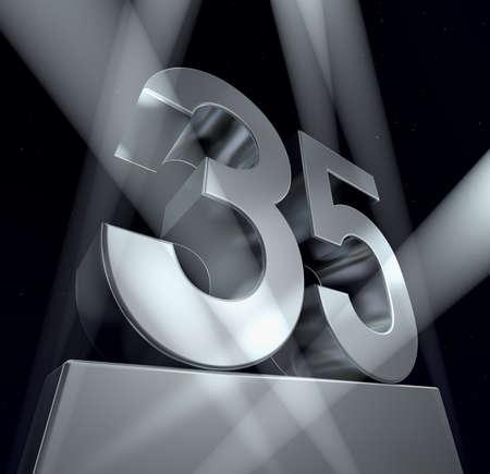 35: Felicitaci�n 35 n�mero 35 en letras de plata sobre un pedestal de plateado. 3D  Foto de archivo
