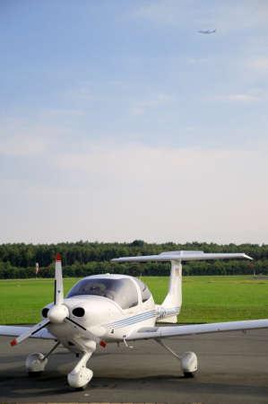 Klein vliegtuig Kleine vliegtuig staan aan de start-en landingsbaan