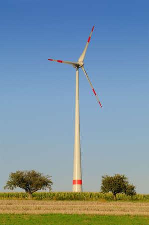 Aerogenerador turbina eólica moderna en blanco y rojo bajo un cielo azul Foto de archivo - 10965819