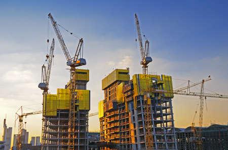 andamios: Sitio de construcción Big Una obra de construcción grande con grúas