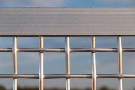 금속 격자 울타리의 일부