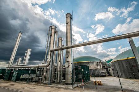 Biogasanlage mit Gebläse im Vordergrund