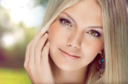 bionda occhi azzurri: Giovane bella ragazza Archivio Fotografico