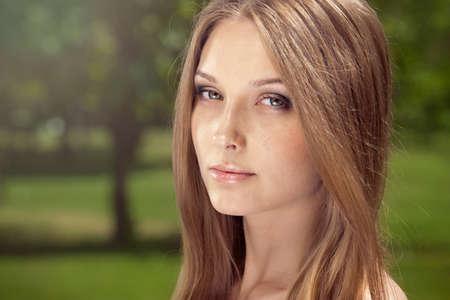 pelo castaño claro: Retrato de mujer joven y bella