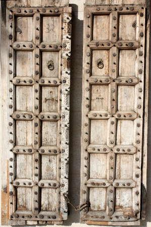 door bolt: puerta de madera de estilo antiguo