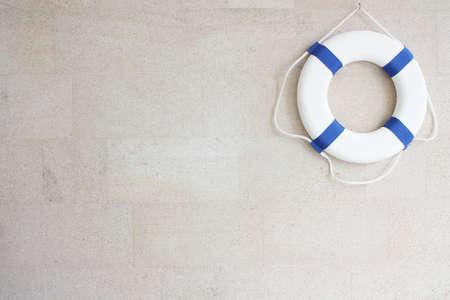 Salvavidas blanco y azul en la pared Foto de archivo