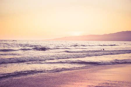 해질녘 해변 복고풍의 모습