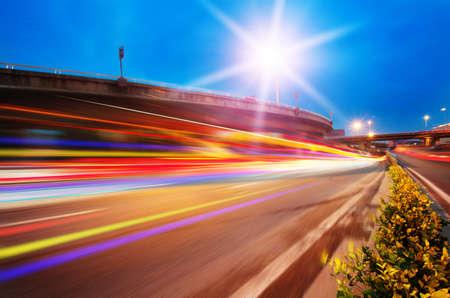 Le trafic � grande vitesse et floues sentiers de la lumi�re sous le viaduc � la sc�ne de nuit Banque d'images