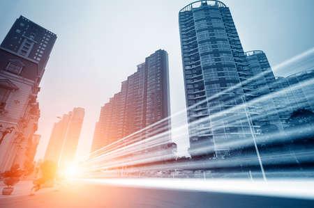 la lumi�re tra�ne sur le fond immeuble moderne � Shanghai en Chine.