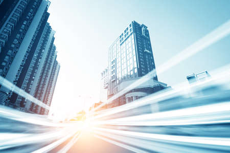 les sentiers de la lumi�re sur le fond b�timent moderne � Shanghai en Chine Banque d'images