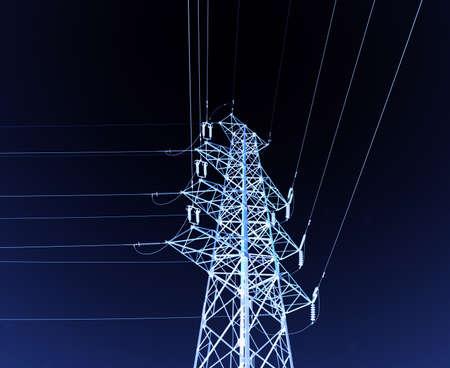 de alta tensión post.High tensión torre de fondo del cielo.