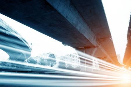 V�hicules � grande vitesse lumineuses tra�n�es lumineuses sur les routes urbaines dans le cadre du viaduc de nuit Banque d'images