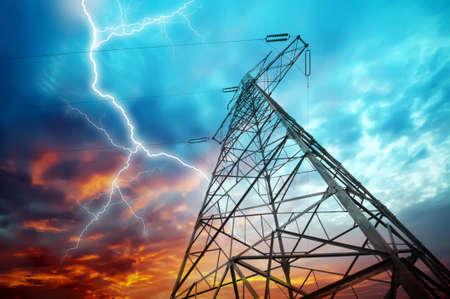 elektriciteit: bliksem over krachtcentrale
