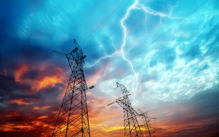 redes electricas: Imagen dramática de la estación de distribución de energía con las torres de electricidad en huelga de relámpago