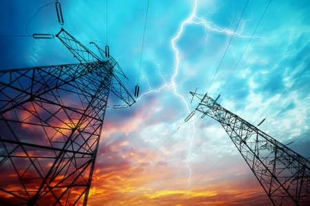 redes electricas: Imagen dram?tica de la estaci?n de distribuci?n de energ?a con las torres de electricidad en huelga de rel?mpago