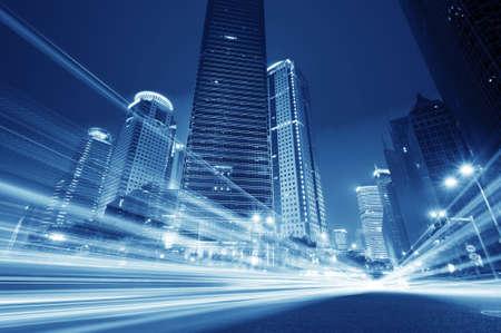 urban colors: la luz de los senderos en el fondo moderno edificio en Shangai, China.