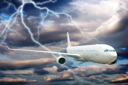 Aircraft volant dans le ciel de nuit de la foudre Banque d'images