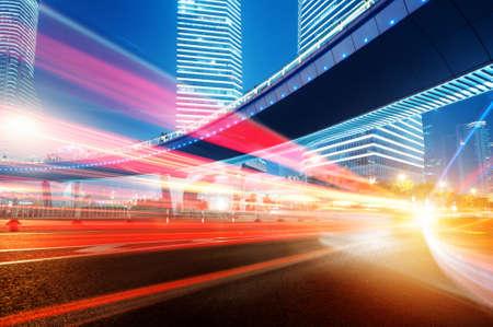 rijdende auto met onscherpte licht door stad bij nacht