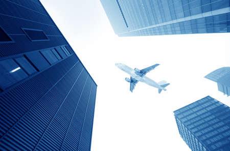 l'avion avec le fond de sc?ne de la ville Banque d'images