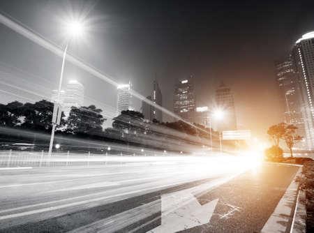 les sentiers de lumi�re sur le fond du b�timent moderne en Chine � Shanghai