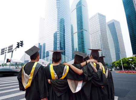 graduacion de universidad: Grupo de graduados, se enfrentará a la ciudad moderna