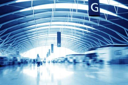 passagier in de Shanghai Pudong luchthaven interieur van de luchthaven