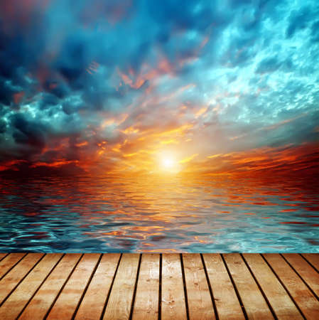 zonsondergang over meer Stockfoto