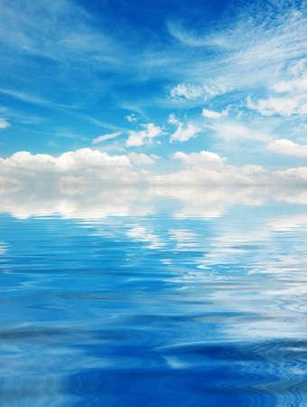 Cielo azul con nubes sobre el lago