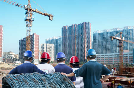 gebouw in aanbouw met werknemers