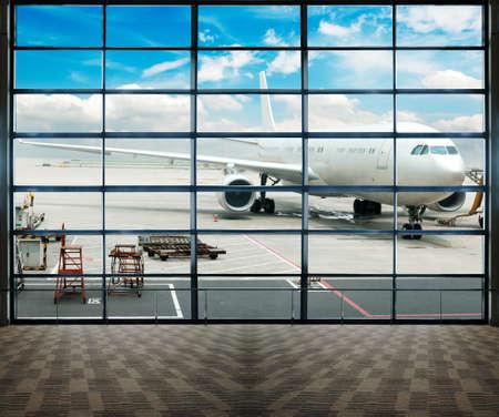 gente aeropuerto: Estacionado avi�n en aeropuerto de Shanghai a trav�s de la ventana de la puerta