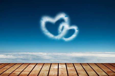 saint valentin coeur: Deux nuages ??en forme de coeur dans le ciel bleu Banque d'images