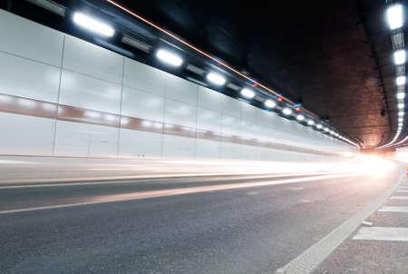 Le tunnel dans la nuit, les lumi�res ont form� une ligne