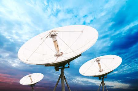 schotelantenne antennes onder hemel Stockfoto