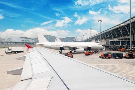 gente aeropuerto: Aviones estacionados en el aeropuerto de Shangai